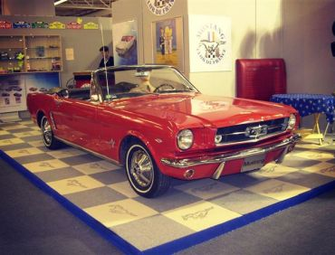 FORD MUSTANG ROUGE