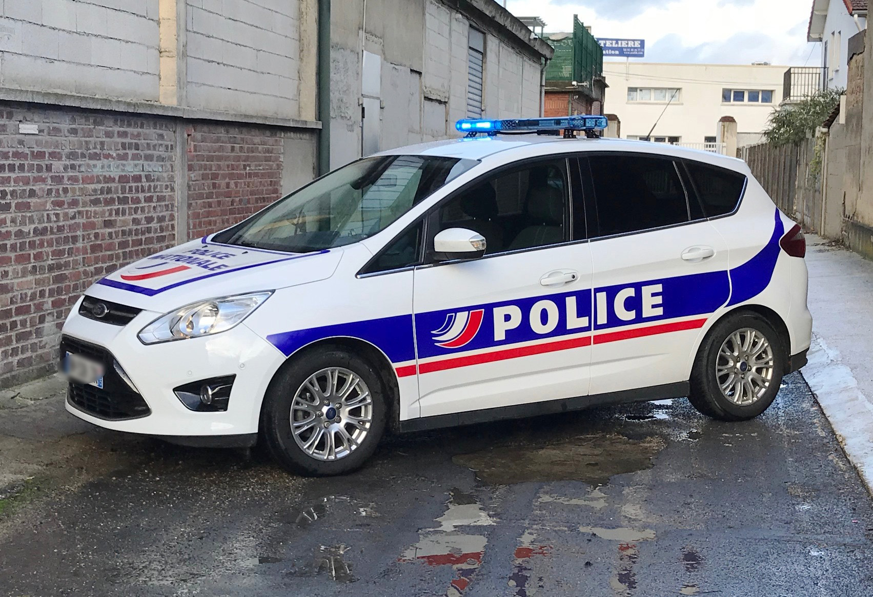 Ford-C-Max-Police-street